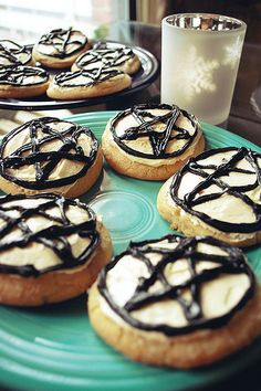 pentacle cookies- very cute! (For all you Hollyweird naysayers who still think the pentacle is a sign of devil worship: Come to the dark side, we have cookies!)