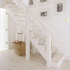 Escalera formada por parquet claro para crear un ambiente pulido y muy limpio.