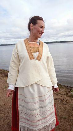 Sukkulalla ja neulalla: Neitsyys menetetty, tuplasti! Folk Costume, Costumes, Folk Clothing, Viking Age, Finland, Vikings, Roots, Cover Up, Magic