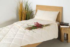 """Du gehörst zu den Menschen, die nachts vor Hitze gar nicht schlafen können und ständig am Schwitzen sind? Dann ist die Lyocell-Duo-Bettdecke """"Lyovita"""" ideal für dich. Die Hohlfaser Lyocell kann viel Feuchtigkeit aufnehmen, ohne sich feucht anzufühlen, und bietet so ein perfektes Feuchtigkeits-Management. Genieße das angenehme Schlafklima, das diese Duo-Bettdecke in Dein Schlafzimmer bringt!"""