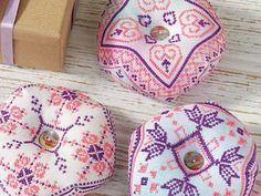 Beautiful Biscornu   Cross Stitching  Leuk speldenkussen, patronen te downloaden na inschrijbpving.
