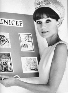 Audrey Hepburn - it seems she was involved with UNICEF since her youth years, seeing the pic / Parece que ela estava envolvida com a Unicef desde jovem, pela foto