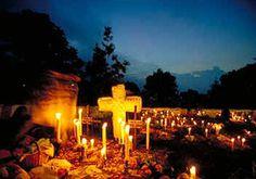 Pátzcuaro, Michoacán de Ocampo.La tradición más representativa de la cultura mexicana, llena de flores, velas, pan de muertos, luces y colores , se vive en los destinos más populares que hacen de esta tradición todo un festejo: Oaxaca, Puebla, Cancún en Xcaret con su festival de la vida y la muerte y no podría olvidarme, del hermoso Pátzcuaro y sus tradiciones vivas. #pueblomágico, #rinconesdemexico #MiPróximoViaje