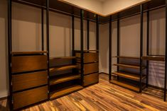 Vestidor / Recámara principal : Vestidores modernos de BANG arquitectura