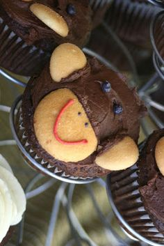 Cutest gender neutral baby shower. Simple monkey cupcakes. Click for more ideas on putting together a simple baby shower for that mom to be!