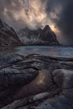 Kvalvika beach opens its jaws... One of the most dramatic light I have witnessed appeared between numerous snow and rain storms. Lofoten islands always deliver! Kvalvika - Lofoten - Norway [OC] [960x640] : EarthPorn