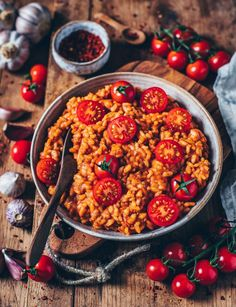 Cremiges veganes Tomaten-Risotto This creamy vegan tomato risotto is quick and easy to prepare and incredibly delicious! A perfect lunch or dinner on a vegetable basis. Risotto Cremeux, Easy Dinner Recipes, Easy Meals, Quick Recipes, Roasted Mediterranean Vegetables, Beef Recipes, Vegan Recipes, Vegan Parmesan Cheese, Vegan Dinners