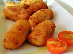 Authentic Spanish tapas recipes with step-by-step cooking instructions. Tapas Recipes, Meat Recipes, Appetizer Recipes, Dessert Recipes, Desserts Frits, Deep Fryer Recipes Chicken, Easy Spanish Recipes, Deep Fried Desserts, Les Croquettes