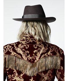 Broderies 70's, détails stellaires, sequins… Zoom sur les détails de la collection Saint Laurent automne-hiver 2016-2017, photographiés en backstage du show par Hedi Slimane en personne.