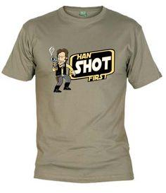 """Camiseta caricatura de Han Solo y la famosa frase de """"Han Shot First"""" (Han disparó primero)."""