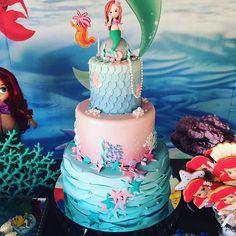 Bom Dia!!!! Voltei!!! 😀😀 Esse ano não vou esquecer nenhuma foto, espero 🙈☺ Vamos começar com esse bolo da pequena sereia 😍😍 A aniversariante é uma linda bailarina q mora no meu coração!!! Parabéns, minha linda!!! Tudo de bom para vc!!! Biscuit: @manuela_abelleira  #bolocarolinecontelli #carolinecontelli #pequenasereia #bolopequenasereia