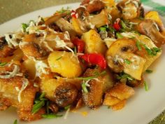 Studené oloupané brambory a žampiony nakrájíme na plátky.Slaninu nakrájenou na kostičky vyškvaříme.Přihodíme brambory, žampiony a kapii. Opékáme,... Potato Salad, Food And Drink, Pork, Potatoes, Vegetarian, Chicken, Cooking, Sweet, Ethnic Recipes