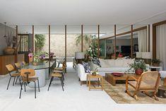 Gávea, RJ - Arquiteto Erick Figueira de Mello (mesa com desenho de Claudio Bernardes; painel de espelho ao fundo).