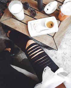 Black and White, preto e branco, fashion , outfit, style, moda, look , boots, botas, bag, ripped pants, ripped , ripped sweat pants, calça rasgada, calça de moletom rasgada new collection, nova coleção, cafe, coffee, glasses, oculos