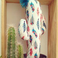 """Una de las características de los #cactus de tela de Kactus con K es el borde de #hilo a mano que rodea cada silueta... El porqué de este hilo es imitar a los """"pinchitos"""" que salen de los cactus #naturales. Además de darle forma a la #silueta, le aporta un toque de #color! Y esta es la prueba!! #cactusdetela #tela #fabric #handmade #DIY #artesanía #hechoamano #decoración #detalle #color #colour #nature #customized #personalizado #hanger #colgador #etsy #idea #primavera #sprintime #Granada"""