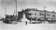 La antigua Plaza Italia, y el extenso edificio Nieto, en la esquina de Alameda de las Delicias y Vicuña Mackenna. Cerro Santa Lucia, San Diego, Cities, Past, Louvre, Street View, History, Building, Vintage
