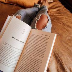 Quem vê assim nem imagina o tanto de responsabilidade que eu tenho 🤣 e por isso eu liberei um post la no blog falando sobre isso, só clicar no link da minha bio 😗🌺 Inspiração de foto de respiro tumblr sozinha em casa #livro #book #fotosozinha Photography Challenge, Girl Photography Poses, Study Pictures, Insta Photo Ideas, Book Aesthetic, Instagram Story Ideas, Instagram Feed, Books, Link