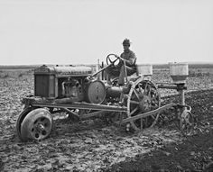 I love these old pictures of John Deere tractors in the fields.