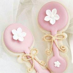 Denne damen er fantastisk på det hun gjør @annebrith.no. Hvem hadde ikke elsket å ha disse søte kakene på #babyshower #dåp eller #navnefesten? #detlilleekstra #dinbabyshower #nettbutikk #babypynt #inspo #pink #rosa #rangle #kake