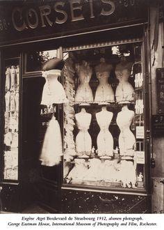 corset shop on boulevard de strasbourg, paris. shot by eugene atget. Vintage Paris, Old Paris, Vintage Dior, Vintage Fashion, Vintage Shops, Victorian Fashion, Paris 1920s, 1900s Fashion, Antique Shops