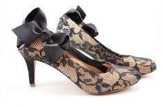 CUSTOMIZE SEUS SAPATOS VELHOS. Com apenas algumas dicas você terá sapatos lindos e novos para arrasar em qualquer lugar. Confira o passo à passo em nosso blog: http://dicasdacasa.com/customizando-sapatos/