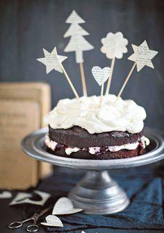 """Sanna Kekäläinen: """"Kirsikka on suuri ihastukseni, jonka olen löytänyt vasta aikuisiällä. Tämän kakun esikuva on syntynyt Valion koekeittiöllä, minun keittiössäni se muuntui jouluisemmaksi. Kakku on aivan täydellinen joulunajan kaikkiin juhliin, sillä se on täyteläinen ja tuhti."""""""