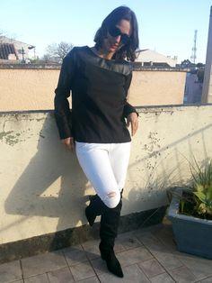 FEMINA - Modéstia e elegância: Black and white: blusa preta com detalhe em couro sintético da Romwe + destroyed jeans branco da Lança Perfume + bota over the knee de camurça