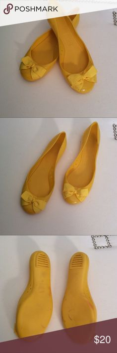 J. Crew Jelly Bow Rain Flats Sz 9 Yellow How cute are these jelly rain flats? Yellow rubber from J. Crew. Size 9. Good condition. Some color transfer on the rubber; not really visible from above when worn. Mostly visible on the bottoms. Perfect alternative to bean boots/hunters when you need to be a little more dressed up. J. Crew Shoes Flats & Loafers
