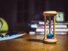 Kleuters leren al doende omgaan met tijd. Hier kan je thuis op inspelen door te werken met een zandloper, een keukenwekkertje om een bepaalde tijd aan te geven bv tijd dat hij/zij met iets mag spelen, opruimen,... .