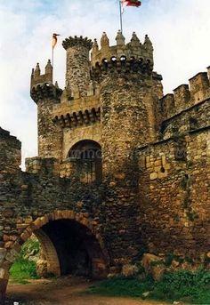 Drum Castle, Scotland (some ancestors died here! Medieval Town, Medieval Castle, Beautiful Castles, Beautiful Places, Eifel Germany, Lichtenstein Castle, Castle Ruins, Spain And Portugal, Knights Templar