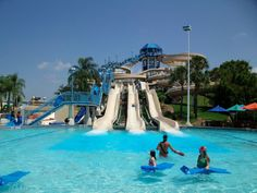 Some of the best water parks in North Carolina include wet 'n wild, boomerang bay, ray's splash planet, jungle rapids, silver lake, fantasy lake water park, great wolf lodge and white water lake. Feel free to vote for your favorite water park in the...