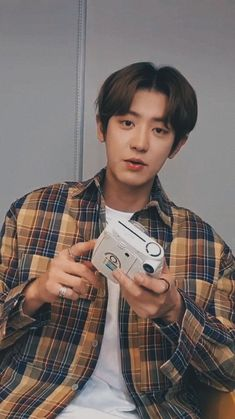 Chanyeol live lockscreen ㅡ 200325 Park Chanyeol Exo, Exo Chanyeol, Kyungsoo, Fanfic Exo, Nct, Exo Lockscreen, Wallpaper Lockscreen, Exo Chanbaek, Music Genius