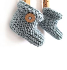 Knitting Patterns Booties Knitted Baby Booties -Two needle EASY Knitting Pattern & tutorial Baby Booties Knitting Pattern, Knitted Baby Cardigan, Baby Hats Knitting, Easy Knitting Patterns, Crochet Baby Booties, Baby Patterns, Free Knitting, Handgemachtes Baby, Baby Bootees
