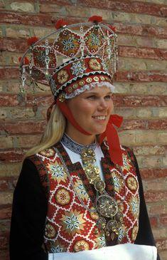 Brur frå Vestfold - Norsk Folkemuseum - Fotograf Reinsfelt, Anne-Lise Moon Goddess, Goddess Art, Folk Costume, Costumes, Norse Vikings, Bridal Crown, Festival Wear, Wedding Men, Headdress