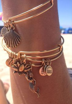 Summer Jewelry Ideas I love love love Alex and Ani bracelets! Need to get one asap-super fashionable addition to an outfitI love love love Alex and Ani bracelets! Need to get one asap-super fashionable addition to an outfit Pulseras Alex And Ani, Alex And Ani Bracelets, Beach Bracelets, Summer Bracelets, Wrap Bracelets, Pandora Bracelets, Annie Bracelets, Trendy Bracelets, Alex And Ani Jewelry