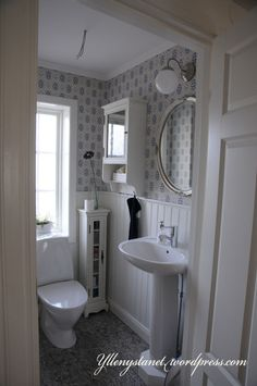 Home decor retro Retro Bathrooms, Dream Bathrooms, Interior Design Business, Interior Design Living Room, Laundry In Bathroom, Small Bathroom, Toilet Plan, Ikea Lamp, Small Toilet
