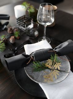 Let's take a look at original and creative ideas for the New Year Table Decoration to make yourself to welcome the New Year in style. Christmas Table Settings, Christmas Table Decorations, Decoration Table, Black Christmas, Modern Christmas, Merry Christmas, Deco Nouvel An, Silvester Diy, Elle Decor