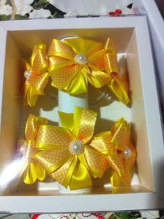 Amarelo ou ouro com fita poá laranja. Um charme