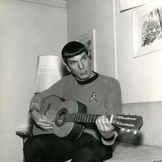 Spock, um cantinho e um violão.