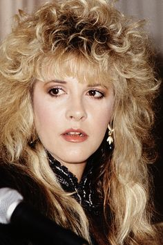 a closer look at Stevie ~ ღ☆❤☆ღ ~ when she was photographed at a Fleetwood Mac press conference at 'The Bel Age Hotel' in West Hollywood, on August 1987 Stevie Nicks Lindsey Buckingham, Buckingham Nicks, Stevie Nicks Young, Stevie Nicks Fleetwood Mac, Members Of Fleetwood Mac, Stephanie Lynn, Women Of Rock, Digital Art Girl, Love Her Style