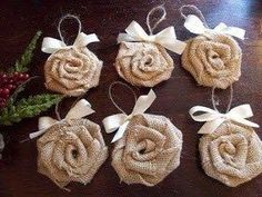 Almost every one of us is familiar with term burlap. Burlap is basically a woven fabric usually made from the skin of jute plant or sisal fibers. Diy Christmas Ornaments, Christmas Projects, Handmade Christmas, Holiday Crafts, Christmas Decorations, Burlap Ornaments, Shabby Chic Christmas, Burlap Christmas, Christmas Holidays