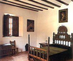 Museo Casa de Dulcinea. El Toboso, Toledo Es un palacio tradicional, que data del siglo XVI. podemos ver gran cantidad de utensilios que se usaban en la vida manchega del siglo XVII. Por ejemplo en la cocina hay cerámica, cestería, hierros y cobres. En la bodega se conservan grandes tinajas y una desgranadora de uvas. También hay un molino con su tolva, aperos de labranza y de caballerías, y todo lo necesario para la fabricación de quesos.