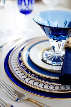 This is a gorgeous dinner service - Elegant Tables - Blue Tableware - Artemest Tables Tableaux, Dresser La Table, Beautiful Table Settings, Blue And White China, Blue Gold, Dark Blue, White Gold, Blue China, Deco Table