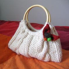 Una cartera con una madeja de lana. Facil!