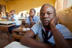 """Proyecto """"Aulas para la libertad"""" con la organización PROYDE en #Mozambique. Sobre la importancia de la #Educación / www.albertopla.com - info@albertopla.com  #cooperación #fotografía #documental #ong Couple Photos, Couples, Documentary Photography, Documentaries, Political Freedom, Classroom, People, Fotografia, Couple Shots"""