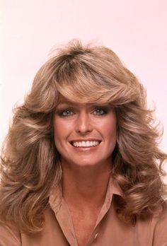 """""""Feathered"""" was a big trend in the Charlie's Angels' Farrah Fawcett popularized this iconic look! Farrah Fawcett, 1970s Hairstyles, Hairstyles Pictures, Big Hairstyles, Layered Hairstyles, Art Visage, Jane Fonda, Black Power, 70s Fashion"""