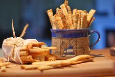 Tvarohové tyčinky: 290 g hladké mouky 250g měkkého másla 250g tvarohu 1,5 lžičky soli 2 lžičky drceného kmínu  Vše smíchejte, vyválejte a radýlkem vykrájejte tyčinky či jakékoli tvary. Pečte  s pečicím papírem při 170°C asi 17 minut. Dobrou chuť. Snacks, Mugs, Baking, Tableware, Kitchen, Food, Salt, Appetizers, Dinnerware