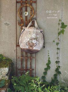 Floral Bouquet Quilt japonské Prošívání by JapanLovelyCrafts Patchwork Quilt Patterns, Patchwork Cushion, Crazy Patchwork, Patchwork Bags, Quilted Bag, Yoko Saito, Japanese Patchwork, Japanese Quilts, Fabric Purses