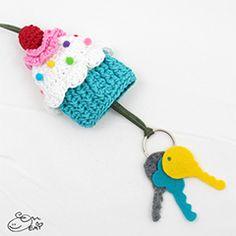 Crochet Cupcake Key Cozy --- need to find a pattern or make one Crochet Cupcake, Crochet Food, Love Crochet, Crochet Gifts, Diy Crochet, Crochet Flowers, Crochet Key Cover, Crochet Keychain, Crochet Patterns Amigurumi