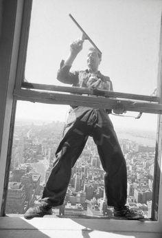 Glückspilz: In diesem Bild ist der britische Fensterputzer Jim Cook zu sehen.... Empire State Building, Spiegel Online, Black And White, Architecture, Pictures, Arquitetura, Black N White, Black White, Architecture Design
